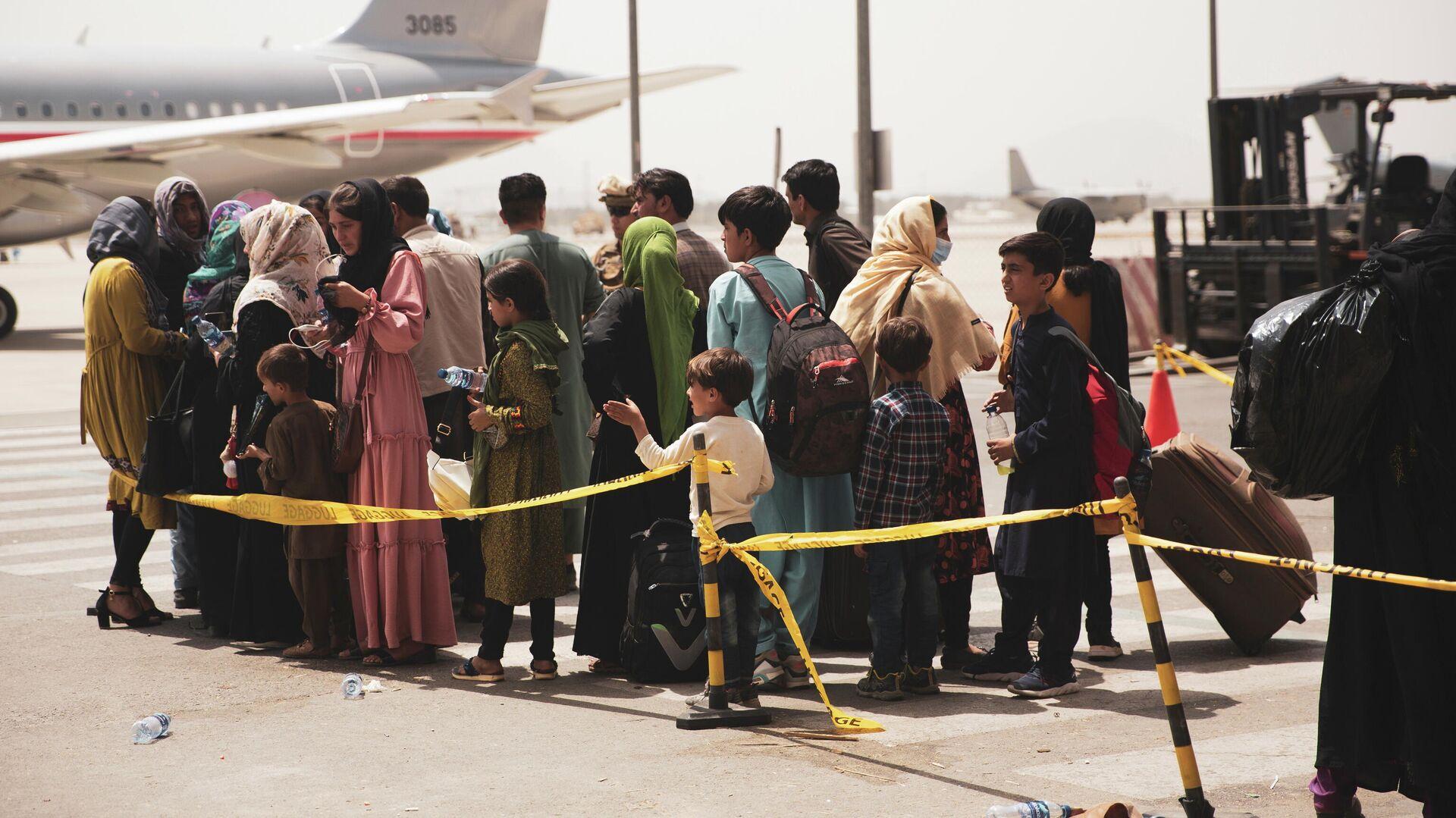 Civiles abordan un avión durante una evacuación en el Aeropuerto Internacional Hamid Karzai, Kabul - Sputnik Mundo, 1920, 24.08.2021