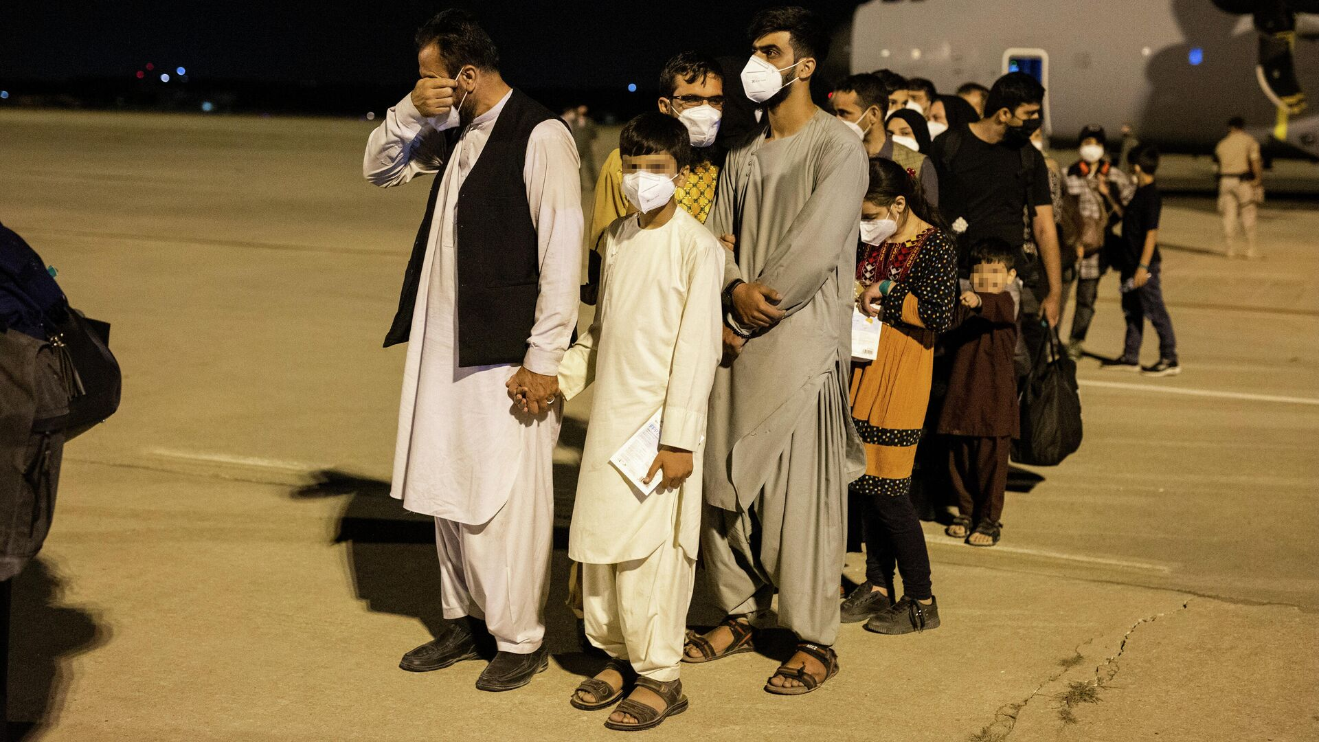 Las personas evacuadas de Kabul aterrizan en Torrejón de Ardoz, Madrid - Sputnik Mundo, 1920, 19.08.2021