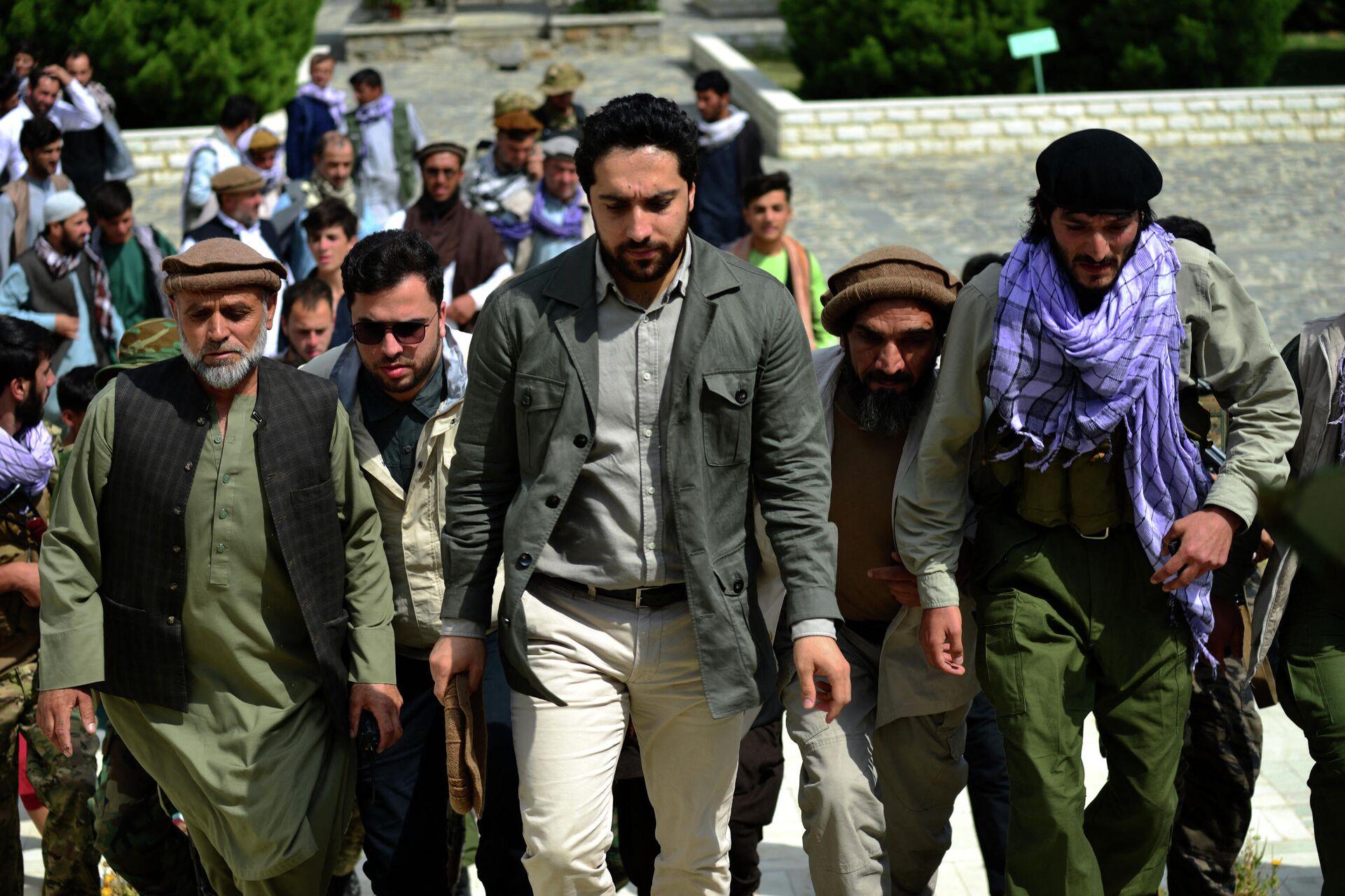 Ahmad Masud (centro), hijo del guerrillero afgano Ahmad Shah Masud, conocido como 'el león de Panshir', acude a la tumba de su padre en Panshir (Afganistán), el 5 de julio del 2021 - Sputnik Mundo, 1920, 20.08.2021