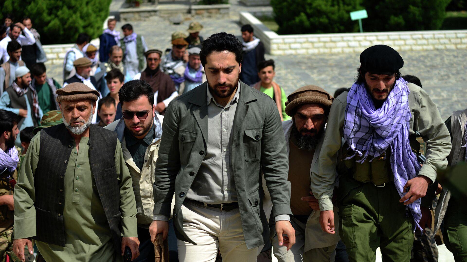 Ahmad Masud (centro), hijo del guerrillero afgano Ahmad Shah Masud, conocido como 'el león de Panshir', acude a la tumba de su padre en Panshir (Afganistán), el 5 de julio del 2021 - Sputnik Mundo, 1920, 25.08.2021