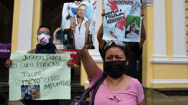 Журналистка с фотографией своего убитого коллеги - мексиканского журналиста Хасинто Ромеро  - Sputnik Mundo
