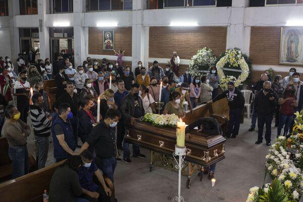 Familiares, amigos y colegas del medio asisten al funeral del periodista asesinado Jacinto Romero. - Sputnik Mundo