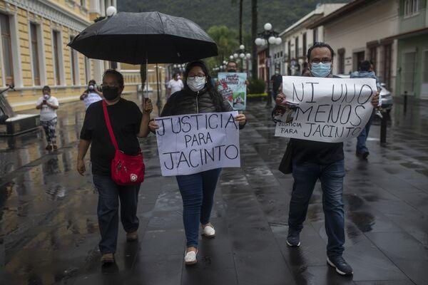 Los manifestantes, incluidos muchos periodistas, exigen una investigación justa sobre el asesinato de Romero. - Sputnik Mundo