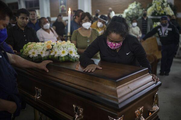 El asesinato de Jacinto Romero ocurrió frente a la casa del periodista en el estado de Veracruz. En la foto: el funeral del periodista asesinado Jacinto Romero. - Sputnik Mundo
