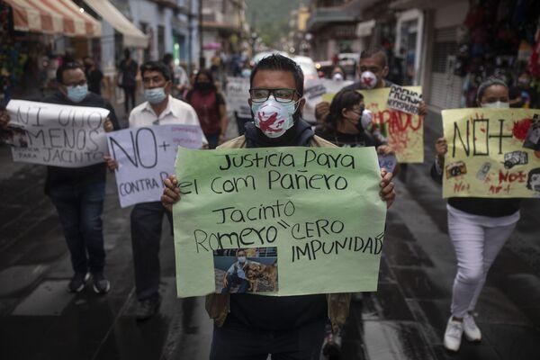 Antes del asesinato, Romero había recibido amenazas por WhatsApp. Foto: manifestantes protestan contra el asesinato del periodista Jacinto Romero en Orizaba, Veracruz. - Sputnik Mundo