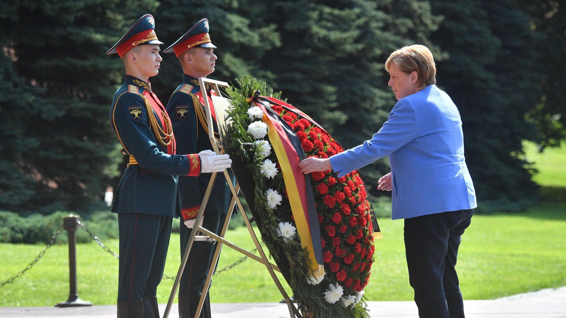 Angela Merkel, canciller alemana, coloca flores al pie de la Tumba del Soldado Desconocido - Sputnik Mundo, 1920, 20.08.2021