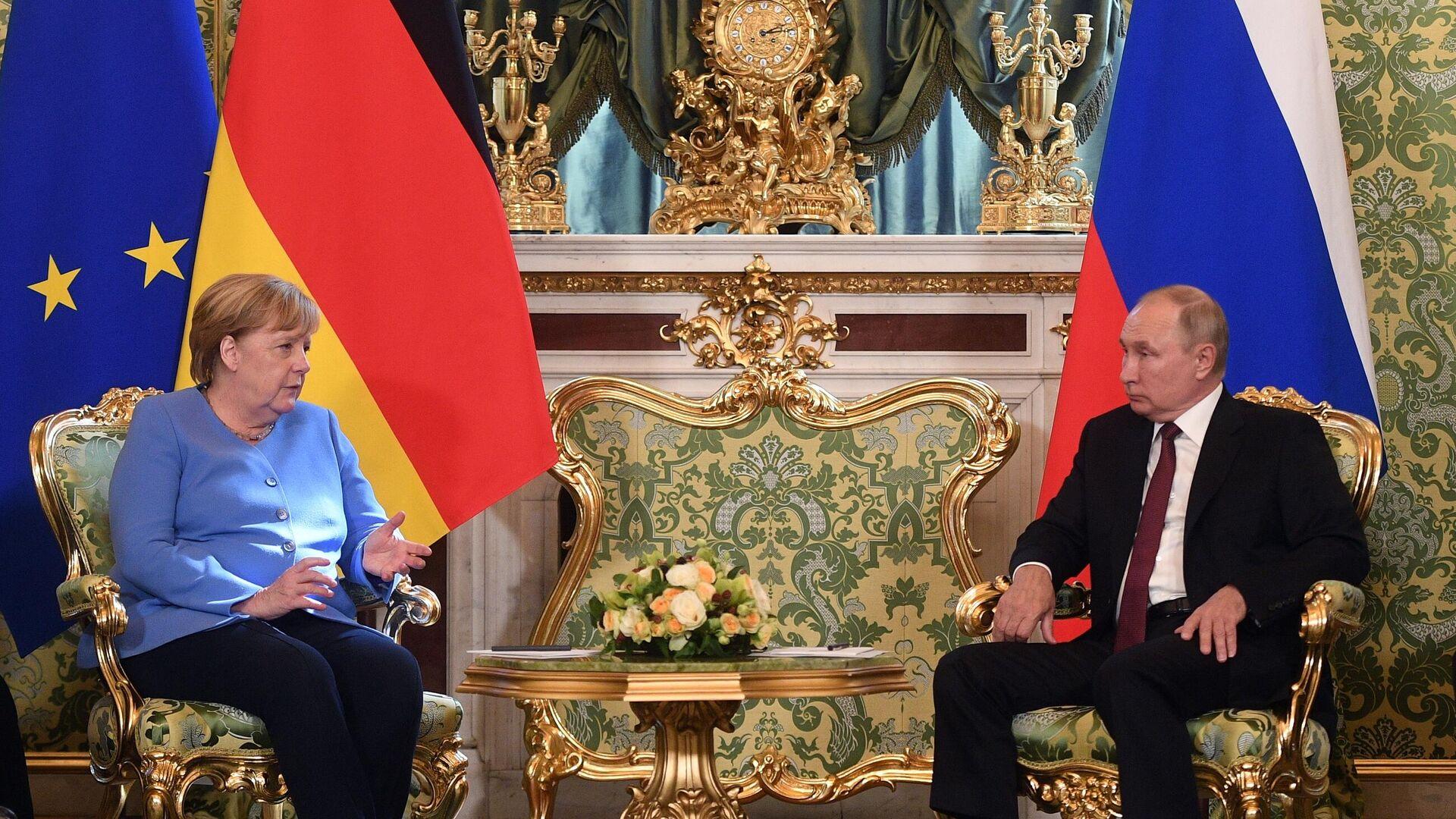 La canciller de Alemania, Angela Merkel, y el presidente de Rusia, Vladímir Putin - Sputnik Mundo, 1920, 20.08.2021