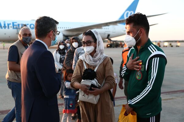La llegada del segundo avión con los colaboradores del Gobierno español en Afganistán - Sputnik Mundo