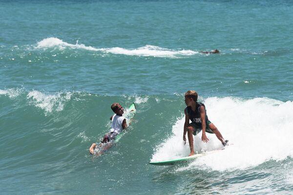 Niños surfeando en Anare, Venezuela - Sputnik Mundo