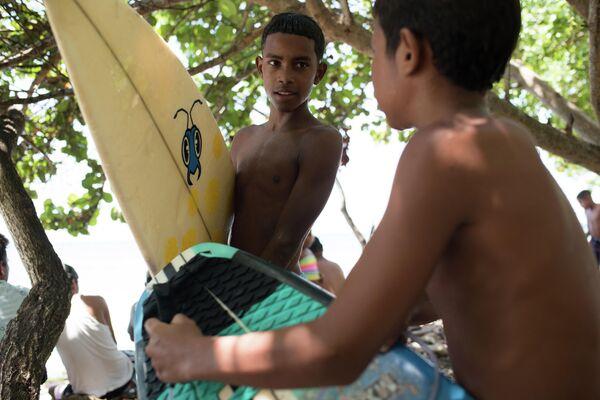 Niños con sus tablas de surf - Sputnik Mundo