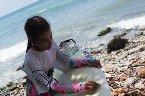 Una niña con su tabla de surf - Sputnik Mundo