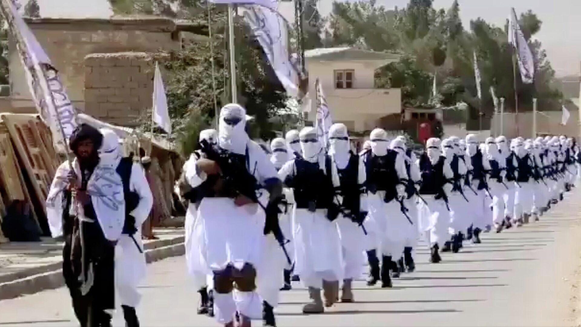 Unos talibanes marchan en las calles de Qalat, Afganistán - Sputnik Mundo, 1920, 03.09.2021
