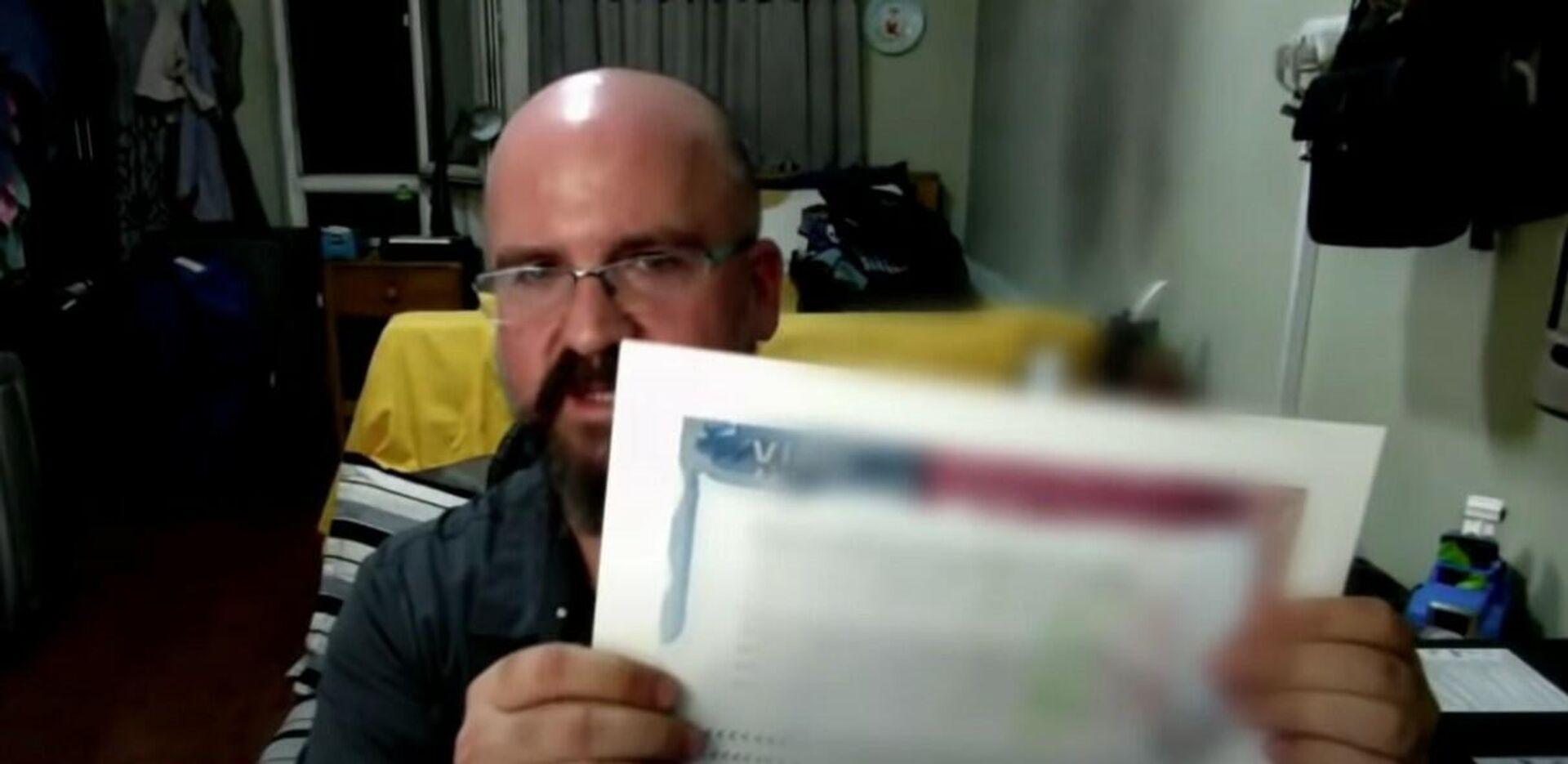 David Fox mostrando una copia del documento que le envió el Departamento de Estado - Sputnik Mundo, 1920, 22.08.2021