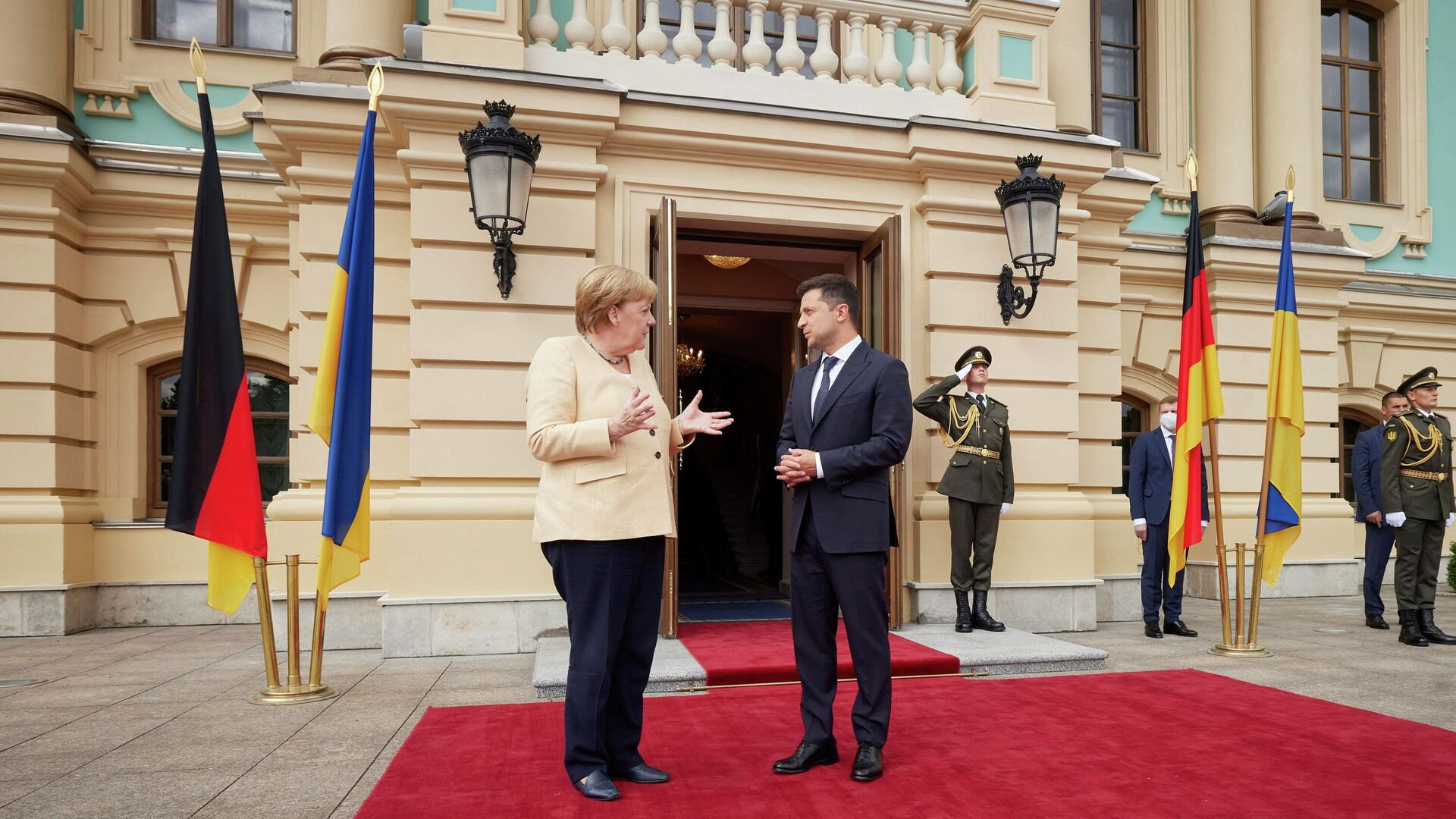 La canciller federal de Alemania, Angela Merkel, y el presidente ucraniano, Volodímir Zelenski - Sputnik Mundo, 1920, 22.08.2021