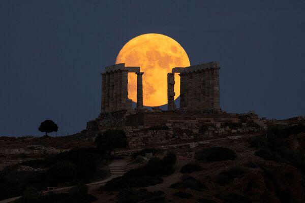 Luna llena sobre el templo de Poseidón en el cabo de Sunio (Grecia). - Sputnik Mundo