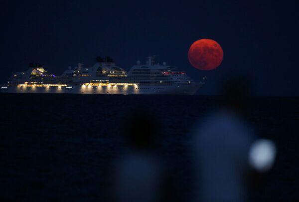 Esta es la única luna azul de 2021. Eso significa que es la tercera luna llena del verano astronómico boreal con cuatro plenilunios. Normalmente cada estación del año tiene solamente tres lunas llenas.En la foto: la luna de esturión se ve junto a un crucero en la ciudad costera de Limassol (Chipre). - Sputnik Mundo