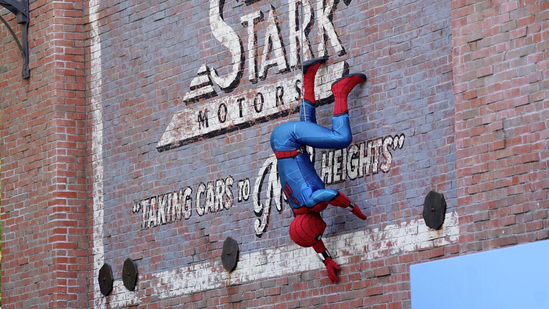 Una persona disfrazada de Spider-Man actúa en un parque de Disney - Sputnik Mundo, 1920, 23.08.2021