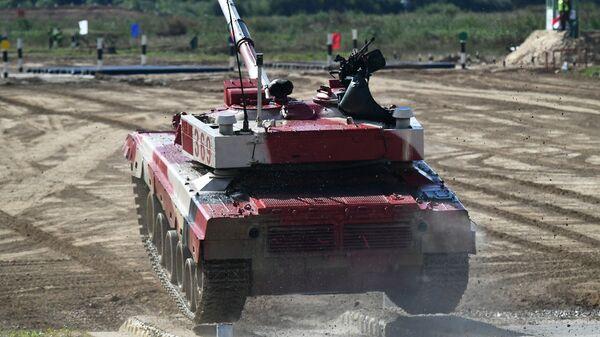 Танк Т-72Б3 команды военнослужащих Китая во время соревнований танковых экипажей в рамках конкурса Танковый биатлон-2021  - Sputnik Mundo