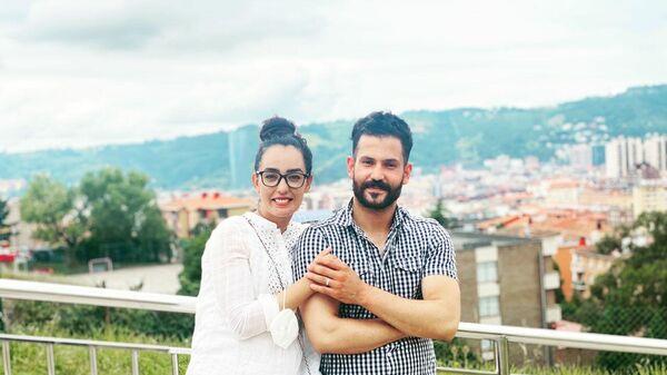 Nilofar Bayat, la capitana del equipo paralímpico de baloncesto de Afaganistán, junto a su mariido Ramish en Bilbao - Sputnik Mundo