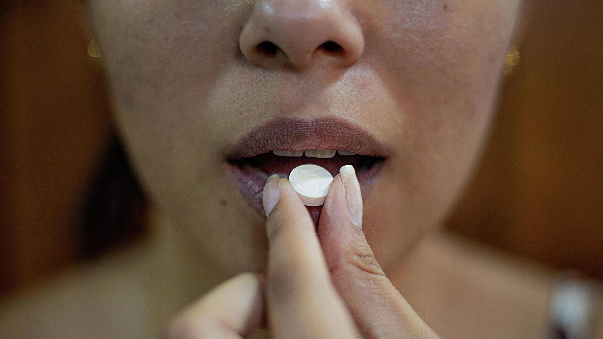 Una persona toma un medicamento - Sputnik Mundo, 1920, 23.08.2021