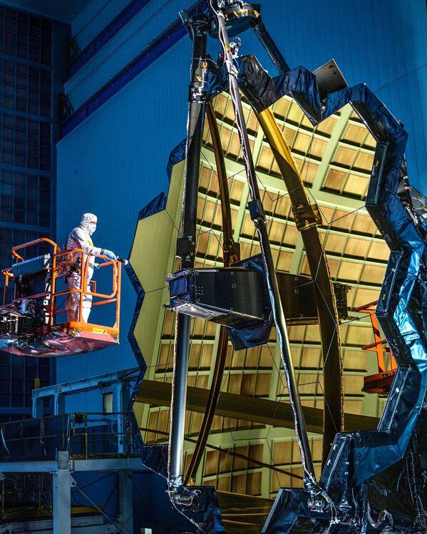 El espejo del telescopio espacial James Webb, en la sala de limpieza de Goddard - Sputnik Mundo