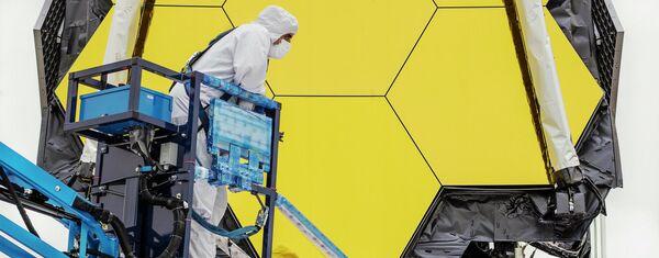 El telescopio espacial James Webb en la sala de limpieza de Northrop Grumman, en Redondo Beach, California - Sputnik Mundo