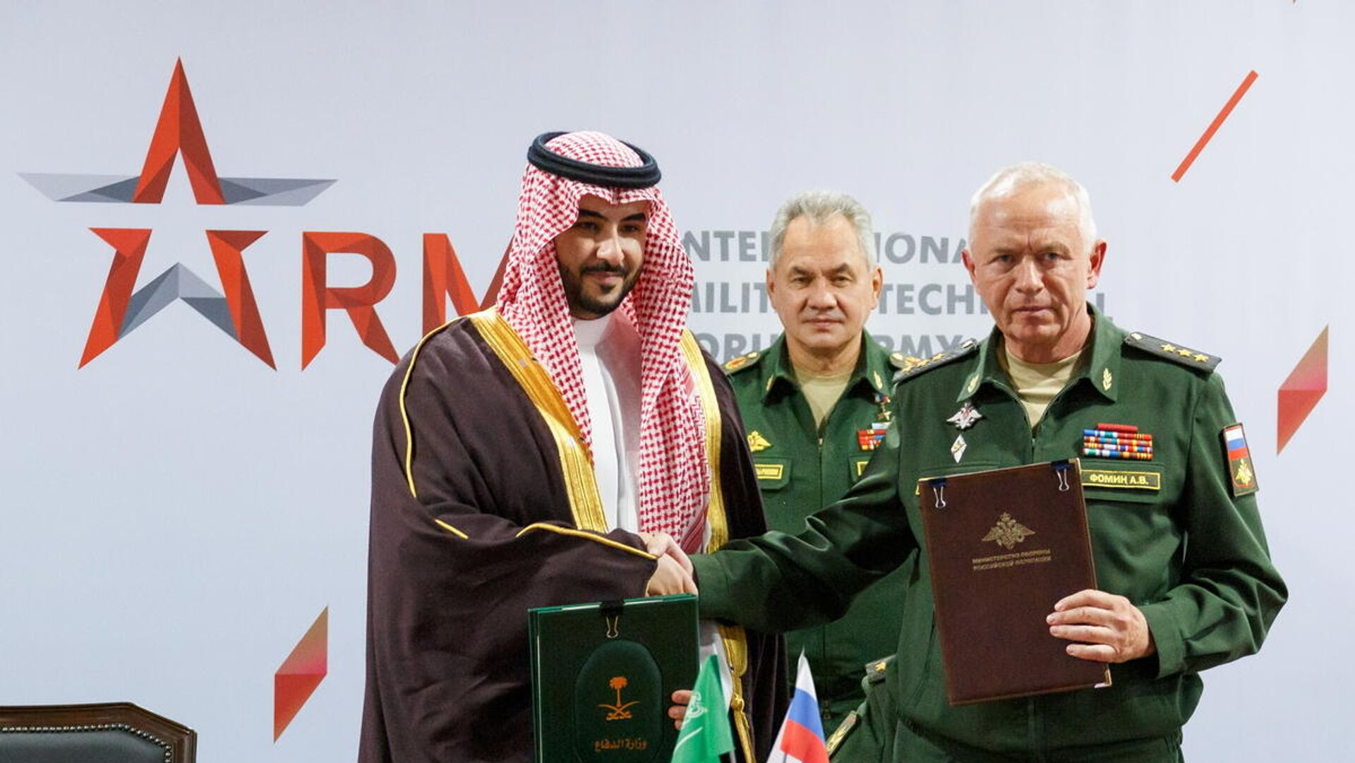 Khalid bin Salman Al Saud, viceministro de Defensa de Arabia Saudita, Serguéi Shoigú,  ministro de defensa de Rusia y Alexandr Fomin, viceministro de Defensa ruso  - Sputnik Mundo, 1920, 24.08.2021