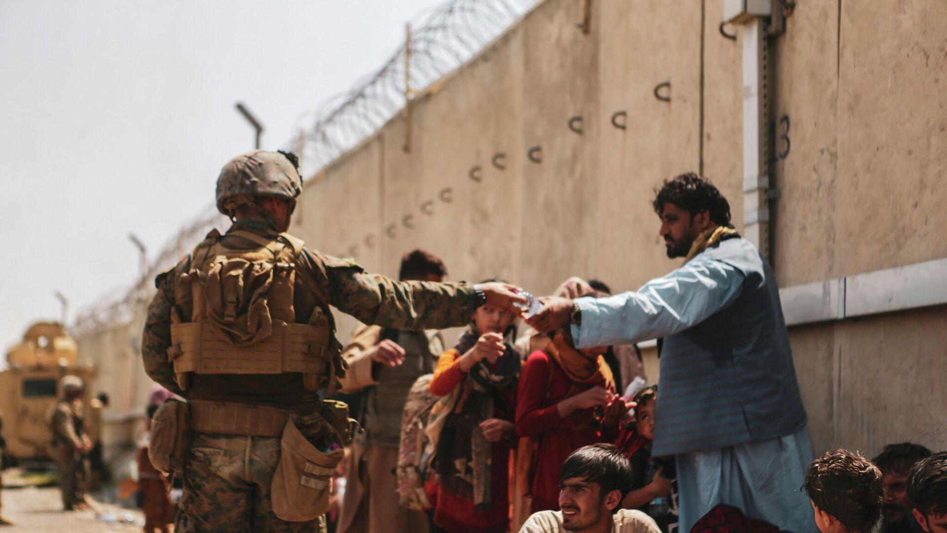 Afganos esperan la evacuación en el aeropuerto de Kabul - Sputnik Mundo, 1920, 27.08.2021