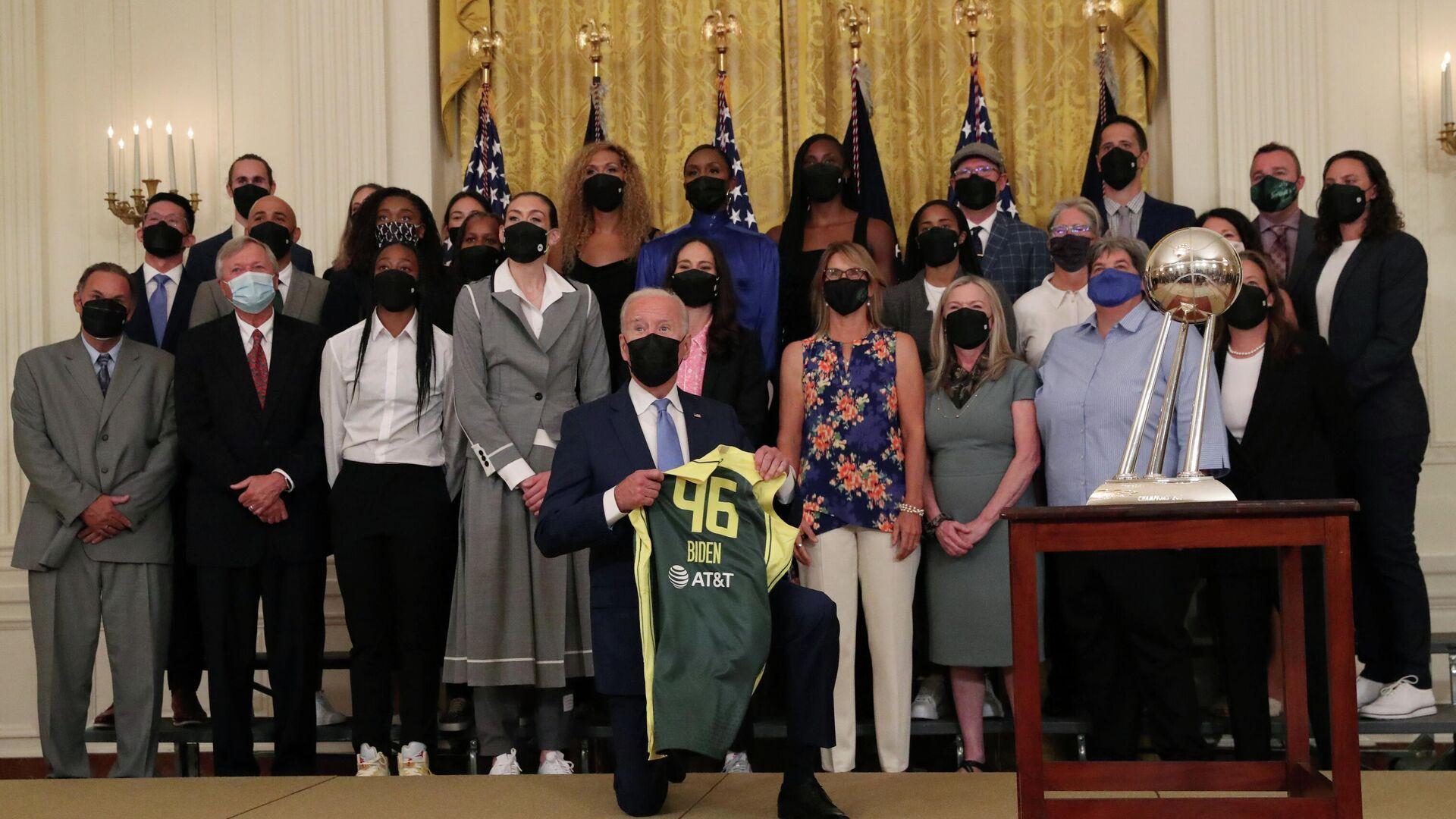 Joe Biden, presidente de Estados Unidos, se arrodilla en una celebración del baloncesto femenino en la Casa Blanca - Sputnik Mundo, 1920, 24.08.2021