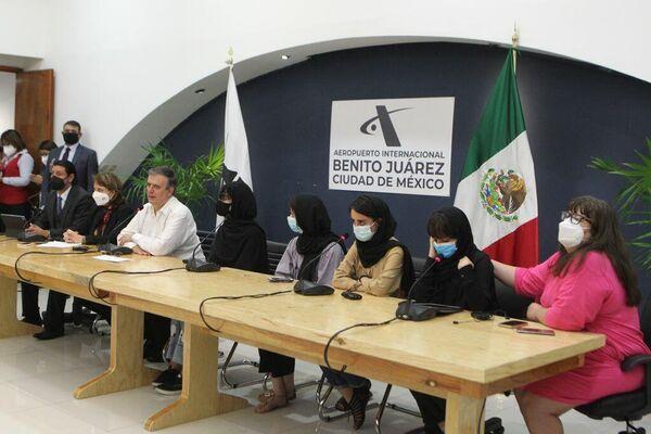 El canciller de México, Marcelo Ebrard, y mujeres del equipo de robótica afgano conocido como 'Soñadoras' - Sputnik Mundo