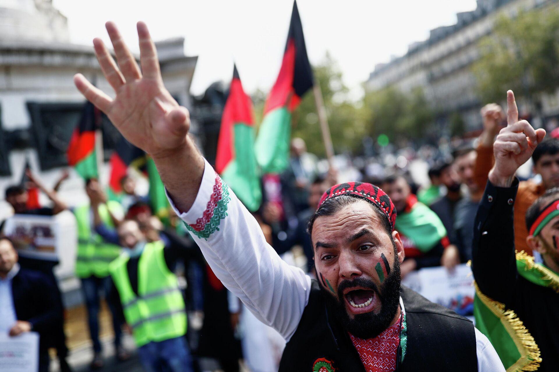 Un hombre grita mientras asiste a una manifestación contra los talibanes, en solidaridad con el pueblo de Afganistán, en la plaza de la República en París, Francia - Sputnik Mundo, 1920, 25.08.2021