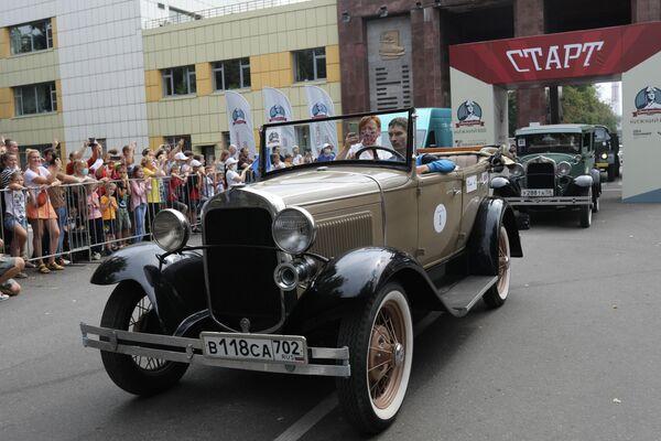 Participantes del rally de coches clásicos Gorki Classic Nizhni 800 en la planta de automóviles GAZ, en el marco de la celebración del 800 aniversario de Nizhni Nóvgorod. - Sputnik Mundo