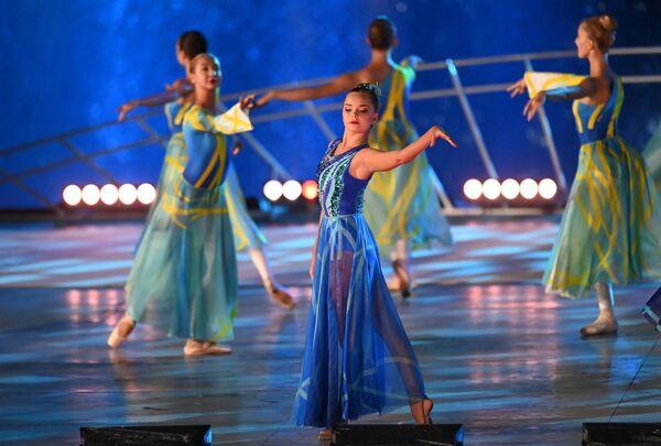 La gimnasta Dina Avérina y otras artistas en el concierto de gala, en el marco de la celebración del 800 aniversario de Nizhni Nóvgorod. - Sputnik Mundo