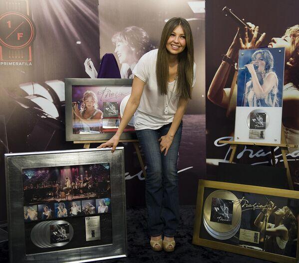 Thalía nació el 26 de agosto de 1971 en la Ciudad de México, es hija de la pintora Yolanda Mange y del criminólogo y escritor Ernesto Sodi Pallares. En la foto: Thalía presenta su álbum Primera fila en la Ciudad de México, en 2010. - Sputnik Mundo