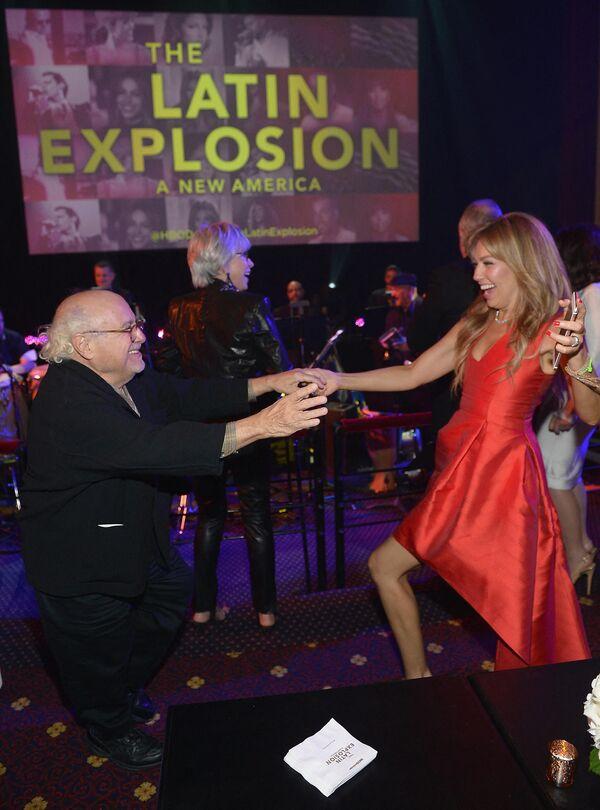En 1995, Thalía saltó a la fama mundial con su álbum En éxtasis que obtuvo varios discos de oro y platino. En la foto: Thalía junto al actor Danny De Vito en el estreno del documental The Latin Explosion: A New America, en 2015. - Sputnik Mundo