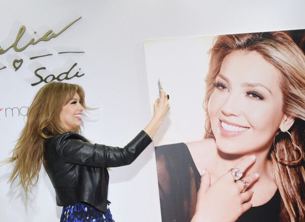 En 2002, la intérprete lanzó su propia marca de ropa. En la foto: Thalía presenta su nueva colección en Nueva York, en 2016. - Sputnik Mundo