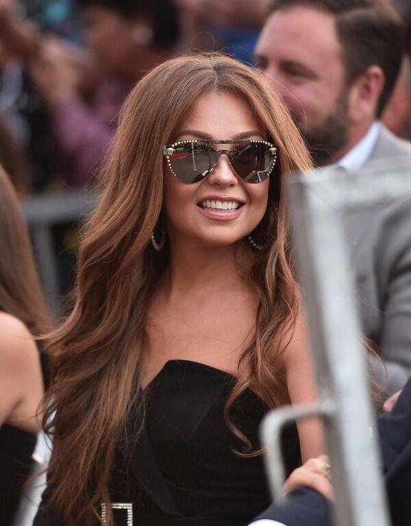 Thalía en la ceremonia de inauguración de la estrella de su esposo, Tommy Mottola, en el Paseo de la Fama de Hollywood. - Sputnik Mundo