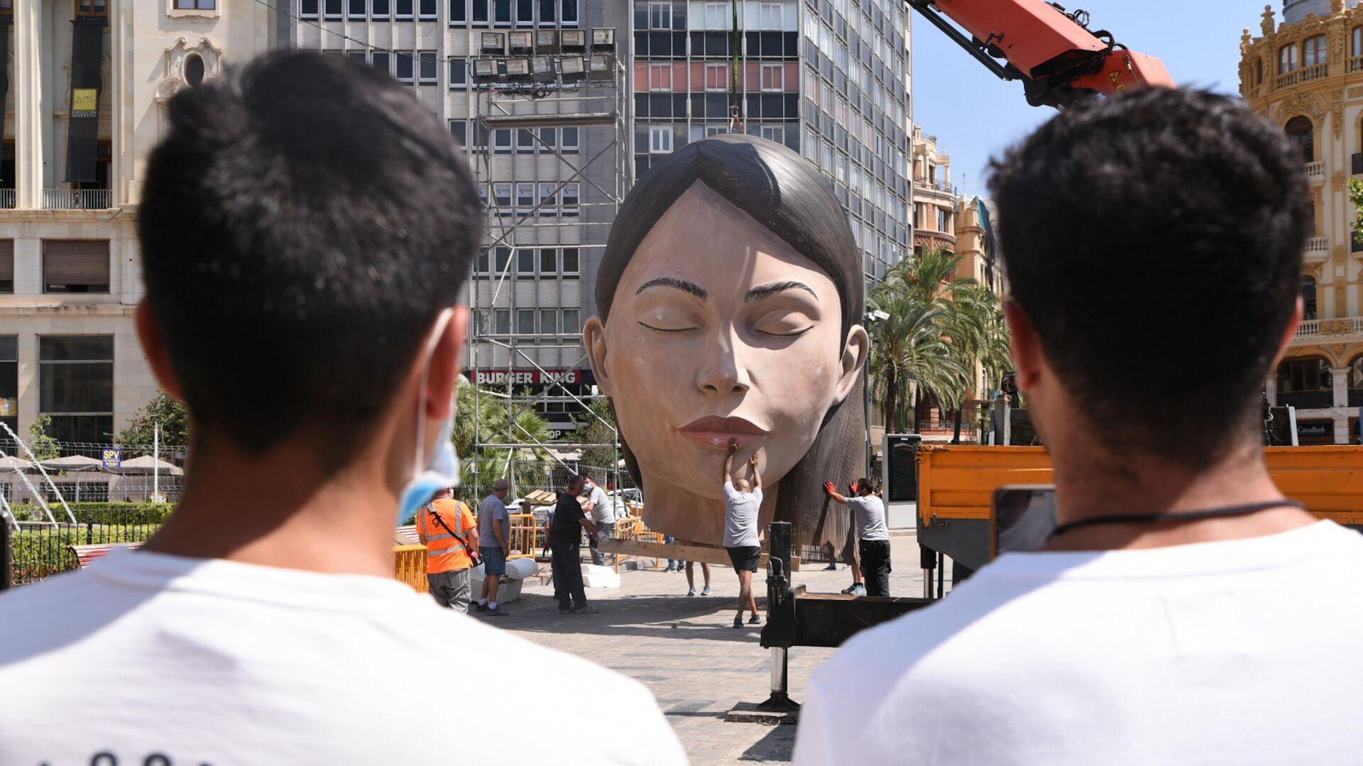 La falla de la meditadora durante la instalación en agosto de 2021 en la plaza del Ayuntamiento de Valencia - Sputnik Mundo, 1920, 27.08.2021