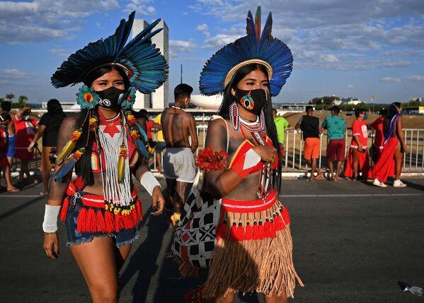 Mujeres de la tribu krenak durante un mitin frente a la sede del Supremo Tribunal Federal de Brasil para exigir el derecho a disponer de las tierras de sus ancestros. - Sputnik Mundo