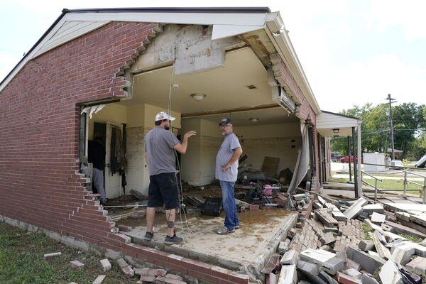 Vecinos revisan sus casas destruidas por una inundación en la localidad de Waverly (EEUU). - Sputnik Mundo