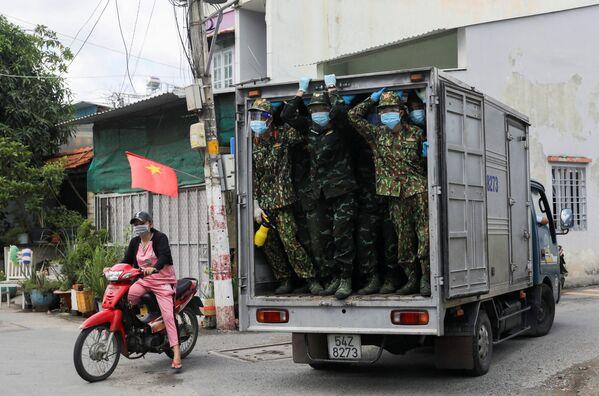 Soldados reparten alimentos en zonas de confinamiento de la Ciudad Ho Chi Minh (Vietnam). - Sputnik Mundo