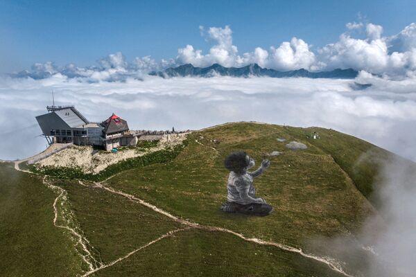 La obra A new breath —Un nuevo aliento— en la cima del monte Moleson en los Prealpes suizos. El área de la pintura realizada en 2021 es de aproximadamente 1.500 metros cuadrados. - Sputnik Mundo