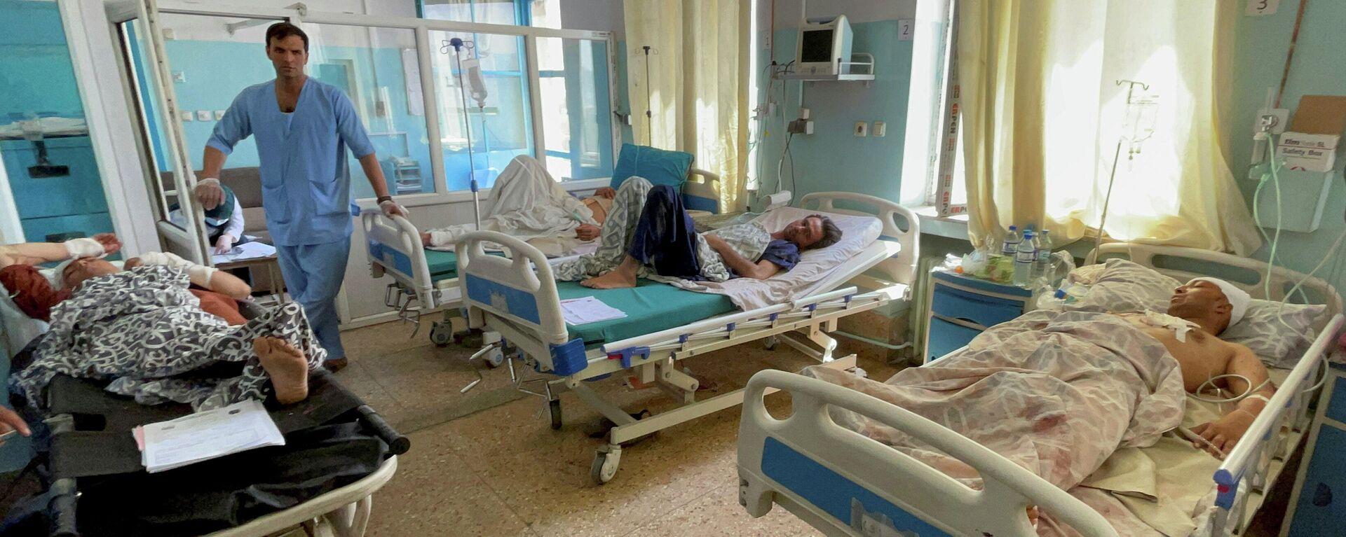 Los heridos reciben un tratamiento tras las explosiones ocurridas en el aeropuerto de Kabul, el 27 de agosto, Afganistán - Sputnik Mundo, 1920, 27.08.2021
