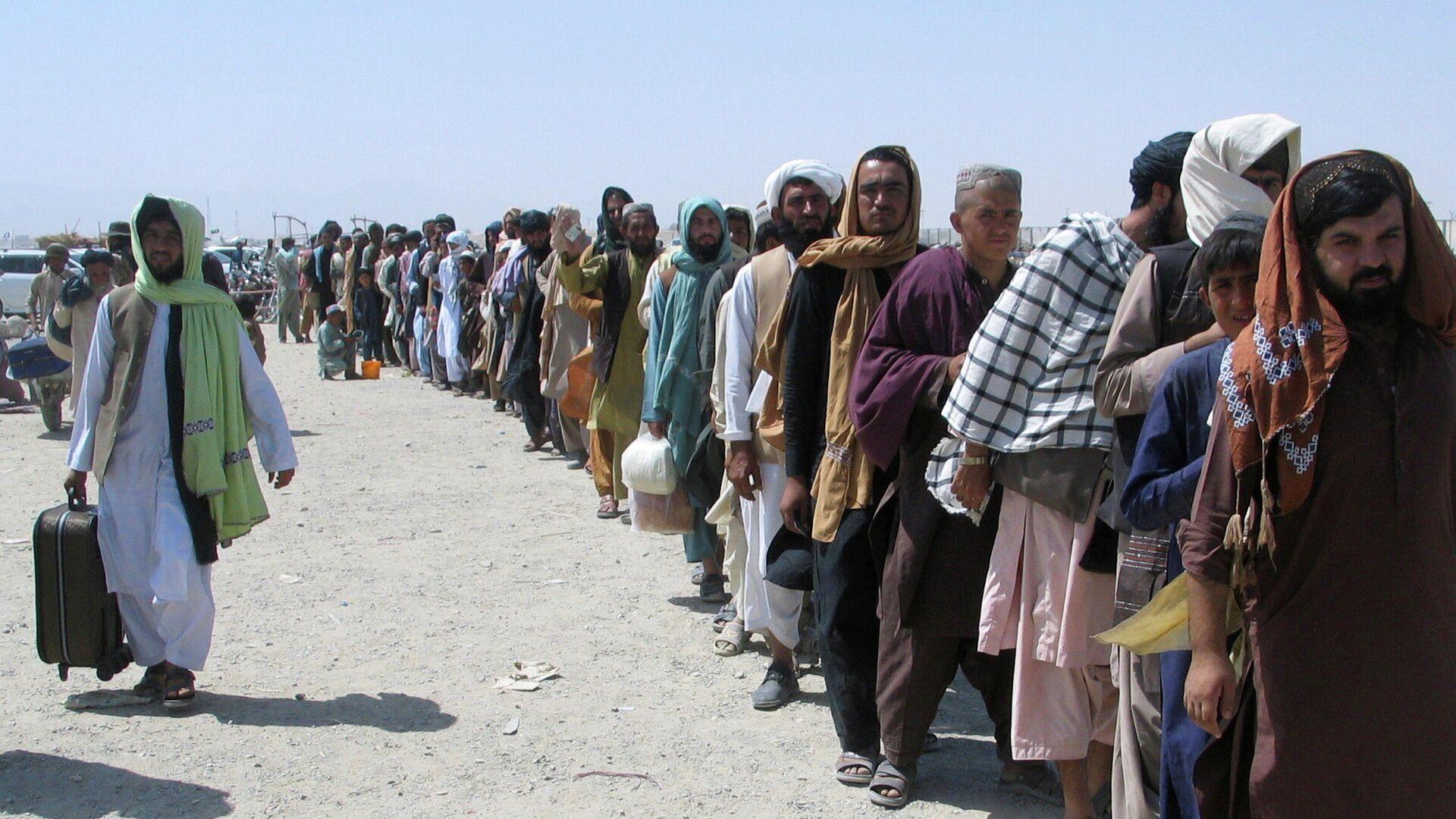 La gente trata de cruzar la frontera entre Afganistán y Pakistán  - Sputnik Mundo, 1920, 27.08.2021