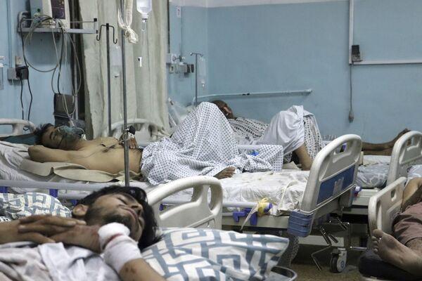 El grupo terrorista Estado Islámico* se atribuyó la responsabilidad del ataque. En la foto: un herido durante las explosiones en un hospital de Kabul. - Sputnik Mundo