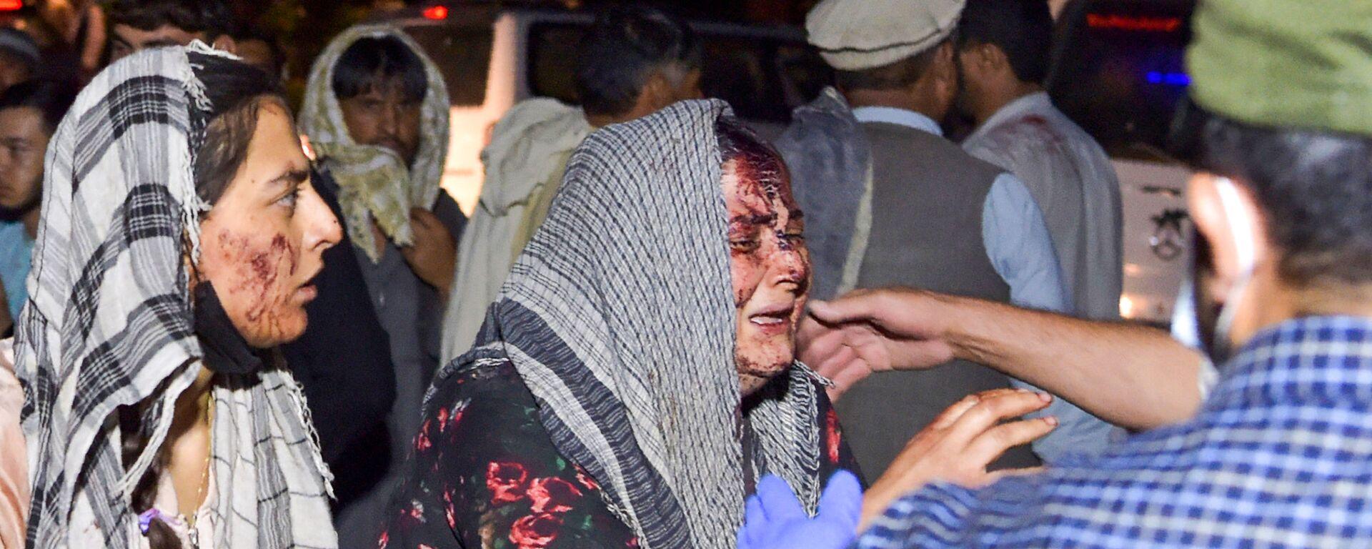 Mujeres lloran a los heridos y fallecidos en el ataque terrorista en Kabul. - Sputnik Mundo, 1920, 27.08.2021