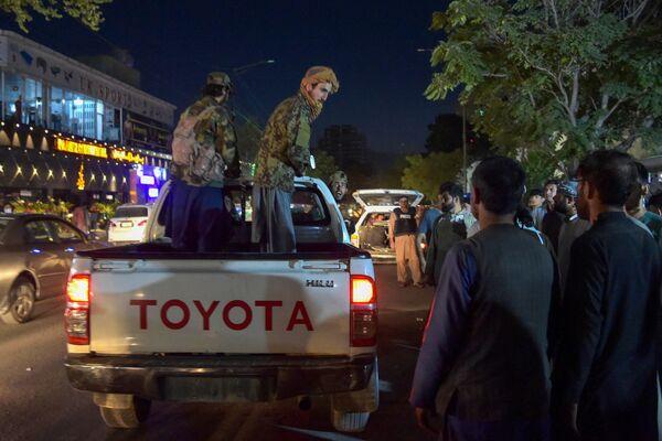 Todos los cruces fronterizos terrestres desde Afganistán son actualmente controlados por los talibanes. La evacuación de extranjeros y afganos que trabajan para misiones extranjeras se lleva a cabo a través del único aeropuerto de Kabul, que está en manos de militares de Estados Unidos y otros países de la OTAN. Los talibanes dijeron que no tenían la intención de otorgar a los estadounidenses una extensión para evacuar a los ciudadanos estadounidenses después del 31 de agosto. En la foto: los talibanes en un hospital de Kabul tras los ataques terroristas cerca del aeropuerto de la capital. - Sputnik Mundo