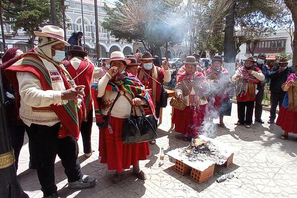 Comunidades indígenas realizan una ofrenda a la Pachamama en Oruro - Sputnik Mundo