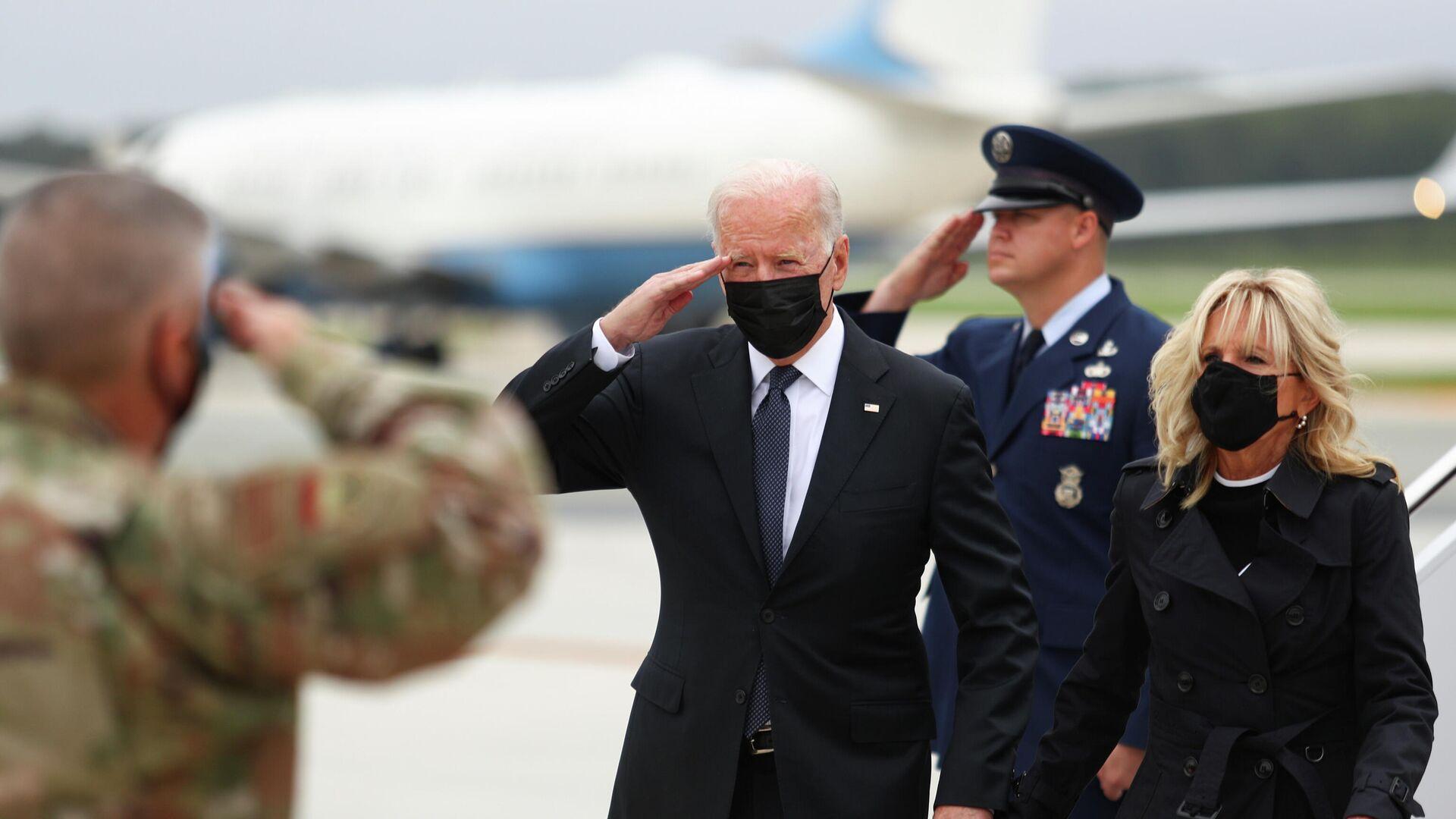 El presidente de Estados Unidos, Joe Biden, con su esposa, Jill Biden, en la base aérea de Delaware - Sputnik Mundo, 1920, 29.08.2021
