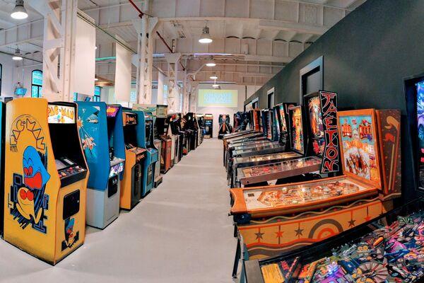Máquinas y juegos de 'pin-ball' en Arcade Vintage, el museo del videojuego en la localidad alicantina de Ibi, en España - Sputnik Mundo